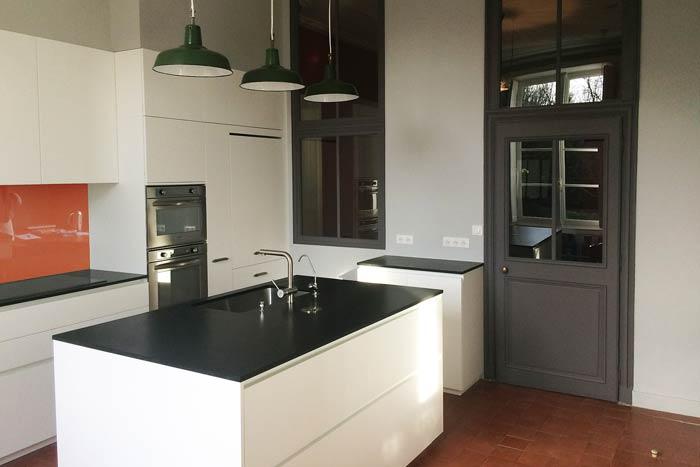 rénovation d'un appartement - Cuisine aménagée avec îlot - crédence en verre - Nantes 44