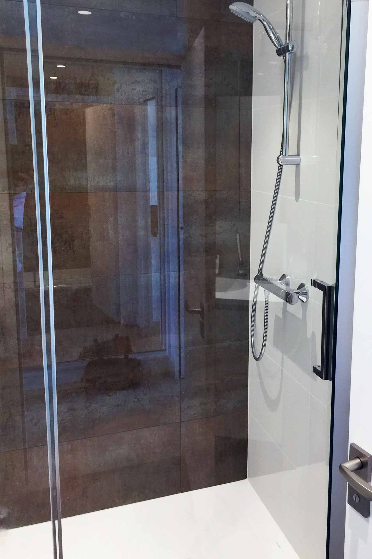 Douche spacieuse - rénovation complète d'un appartement Architecture d'intérieur