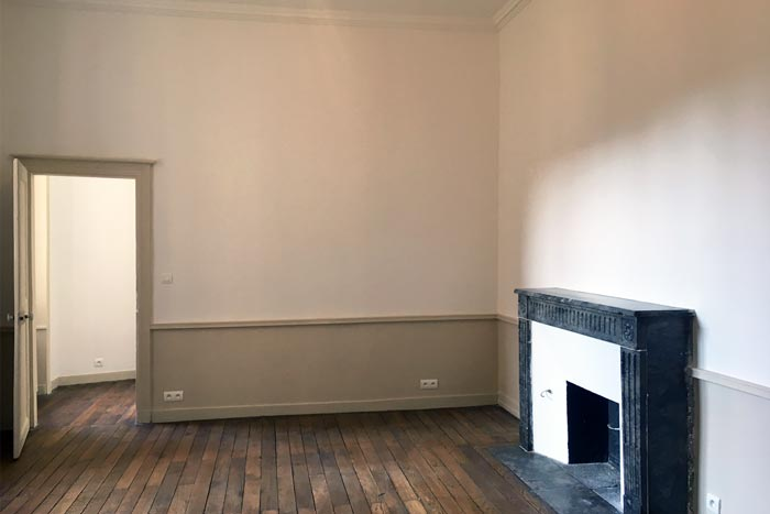 Chambre rénovée avec cheminée